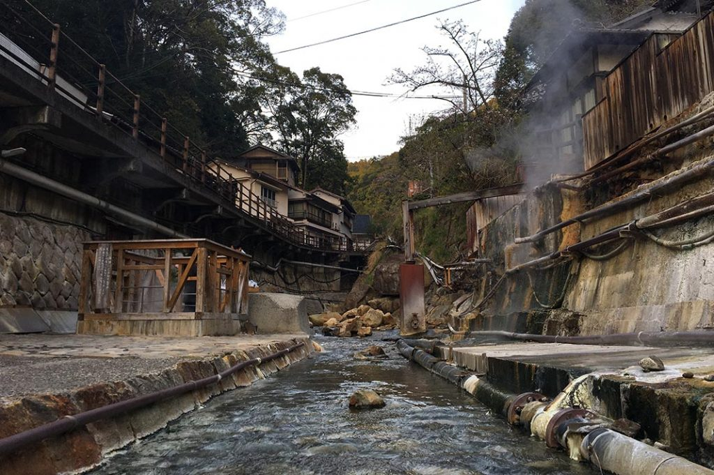 Over time, small villages were built around these springs to take advantage of both health and commercial benefits. Yunomine Onsen in Wakayama is not exceptional.
