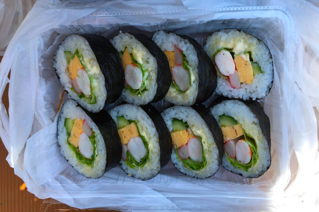 For lunch, we enjoyed some maki rolls from a nearby market stall.