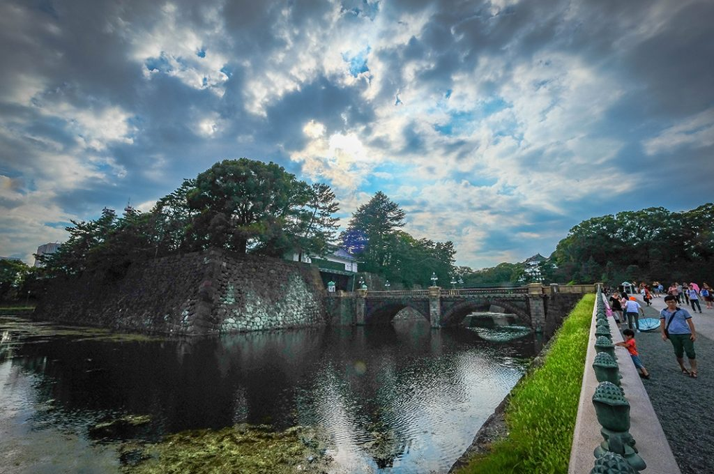 You can catch a view of the Imperial Palace from Seimonishi Bridge.