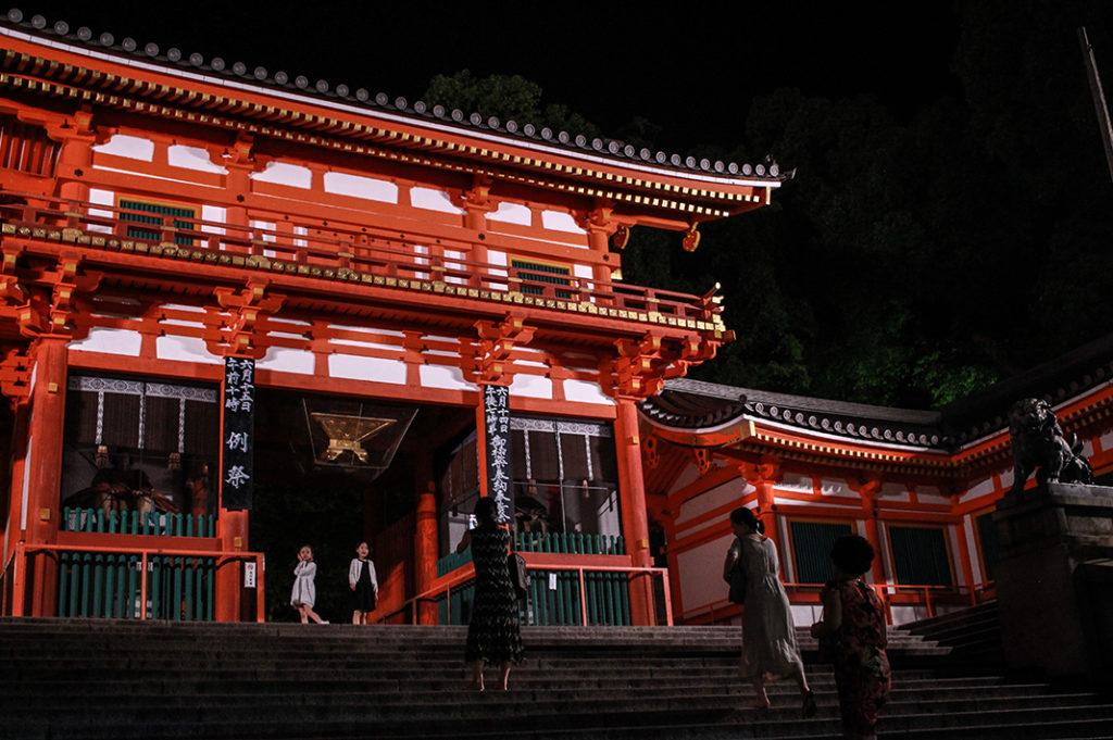 Things to do at night in Kyoto: walking through Yasaka Shrine