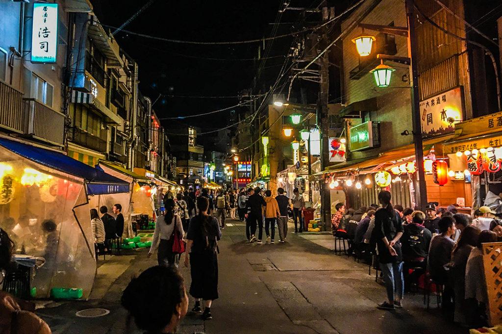 Night scenes of bustling izakaya