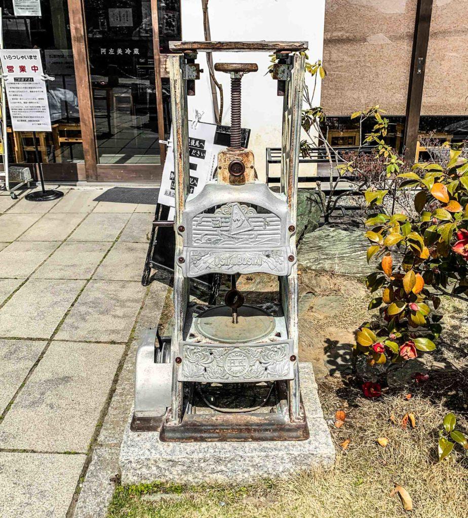 Vintage kakigori machine outside Asami Reizou